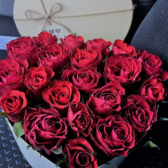 Коробка (сердце, средний) — 1 шт., Пиафлор — 2 шт., Роза Кения (бордовый) — 21 шт.