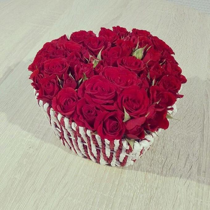 Букет из: корзинка сердце (сердце, малый) — 1 шт., пиафлор сердце мал. — 1 шт., роза кустовая (красный) — 7 шт. - Кустовые розы сердце