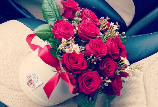 Шляпная коробка (средний) — 1 шт., Пиофлор — 1 шт., Роза Кения (красный) — 19 шт., Ваксфловер (белый) — 3 шт.
