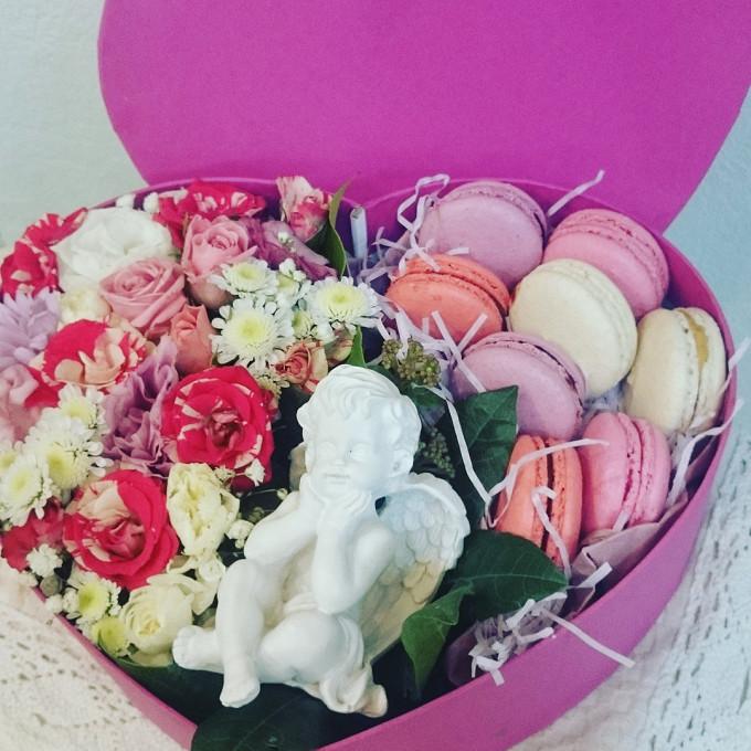 Лизиантус (белый) — 3 шт., Роза кустовая (нежно-розовый) — 3 шт., Коробка (сердце, средний) — 1 шт., Ангел (статуэтка) — 1 шт., Макаронс — 8 шт., Пиафлор — 1 ш…