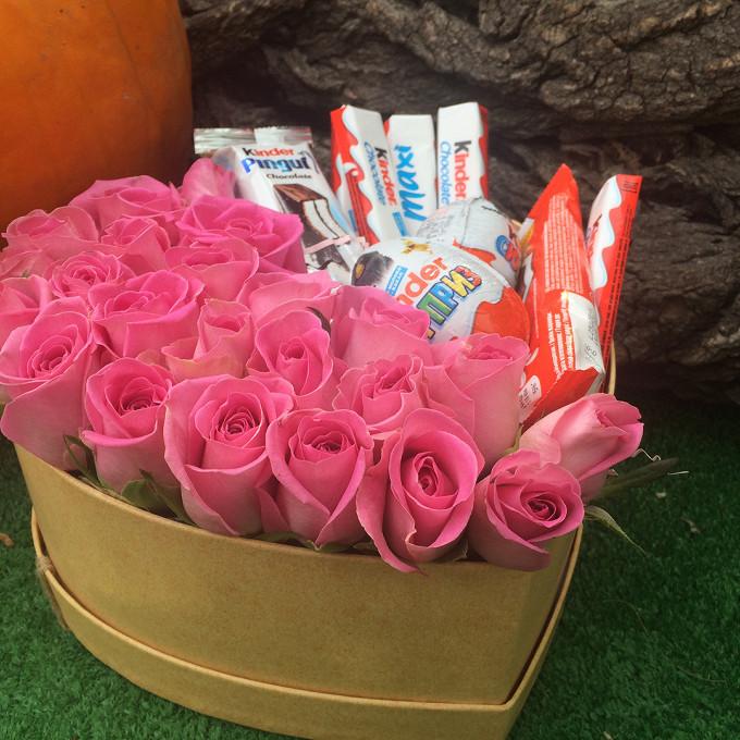 Коробка (сердце, средний) — 1 шт., Яйцо киндер — 2 шт., Киндер шоколад — 8 шт., Пиафлор — 1 шт., Роза Кения (ярко-розовый) — 21 шт.