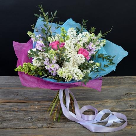 Сирень (белый) — 3 шт., Роза кустовая (нежно-розовый) — 2 шт., Матиола (нежно-розовый) — 3 шт., Эвкалипт — 3 шт., Лента атласная — 1 шт., Упаковка Тишью — 3 шт.