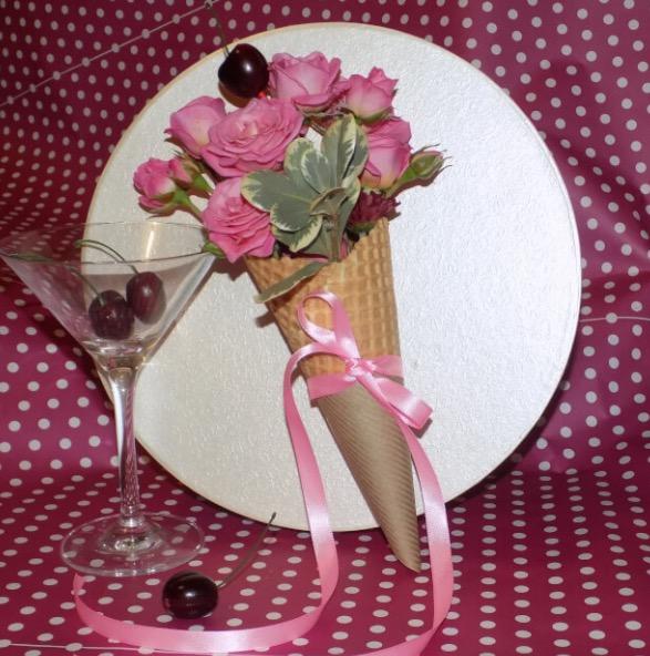 Роза кустовая (нежно-розовый) — 2 шт., Вафельный рожок — 1 шт., Эвкалипт — 2 шт., Пиафлор — 1 шт.