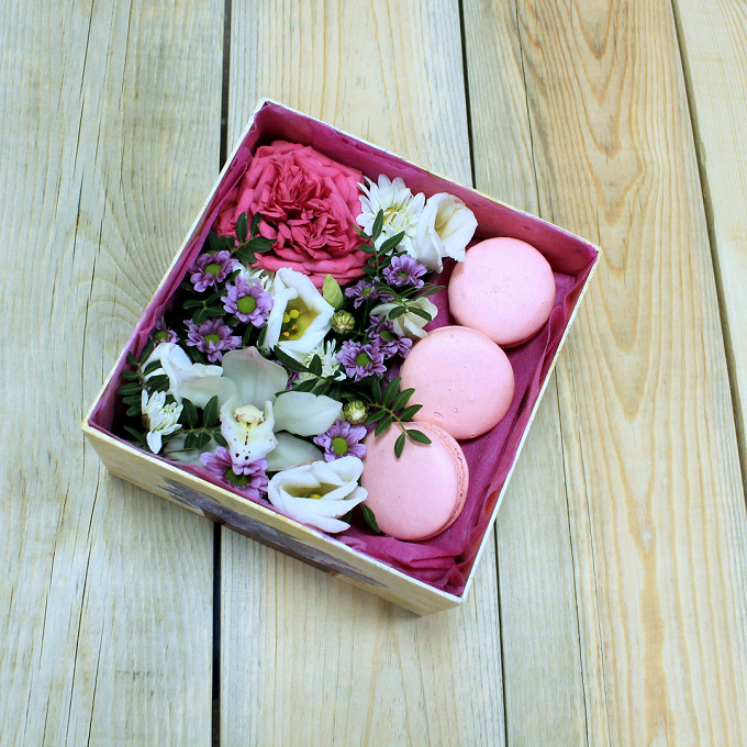 Коробка (квадрат) (прочее, малый) — 1 шт., Роза Кения (ярко-розовый) — 1 шт., Лизиантус (белый) — 1 шт., Макаронс 1 шт. — 3 шт., Фисташка — 2 шт., Орхидея Цимб…