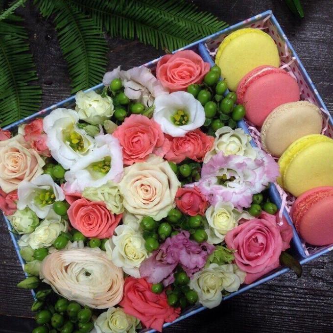 Букет из: печенье макаронс — 5 шт., пиафлор — 1 шт., коробка (прямоугольник, средний) — 1 шт., лизиантус (розовый) — 1 шт., роза кустовая (коралловый) — 3 шт., роза кустовая (белый) — 2 шт., роза кустовая (кремовый) — 2 шт., гиперикум (зеленый) — 3 шт. - Flower box