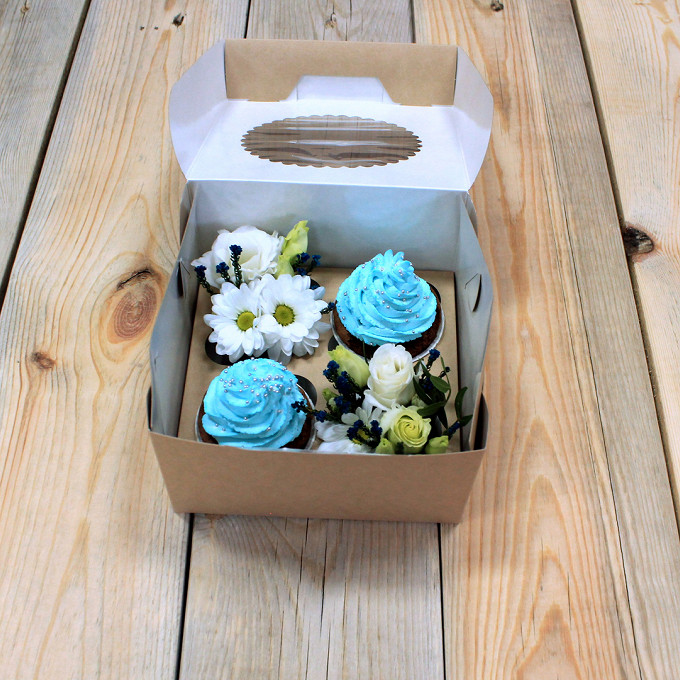 Букет из: капкейк — 2 шт., коробка (прочее, средний) — 1 шт., синяя лента — 1 шт., пиафлор — 2 шт., лизиантус (белый) — 1 шт., роза кустовая (белый) — 1 шт., хризантема кустовая (белый) — 1 шт. - Мини набор с капкейками