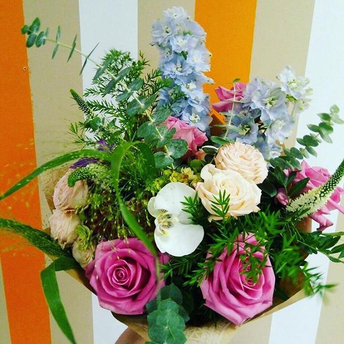 Паникум — 3 шт., Эвкалипт — 3 шт., Упаковка Крафт-бумага — 1 шт., Розовая лента — 1 шт., Вероника (белый) — 4 шт., Дельфиниум (синий) — 2 шт., Роза кустовая пи…