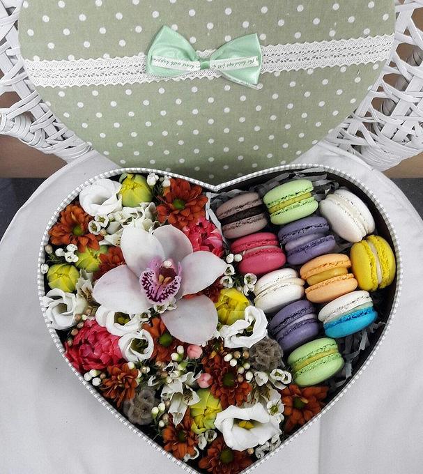 Коробка (сердце, средний) — 1 шт., Пиафлор — 1 шт., MACARONS — 11 шт., Лизиантус (белый) — 3 шт., Орхидея Цимбидиум 1 бутон (микс (разных цветов)) — 1 шт., Тюл…