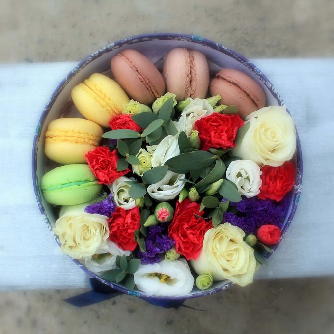 Цветы и пирожные Macaron