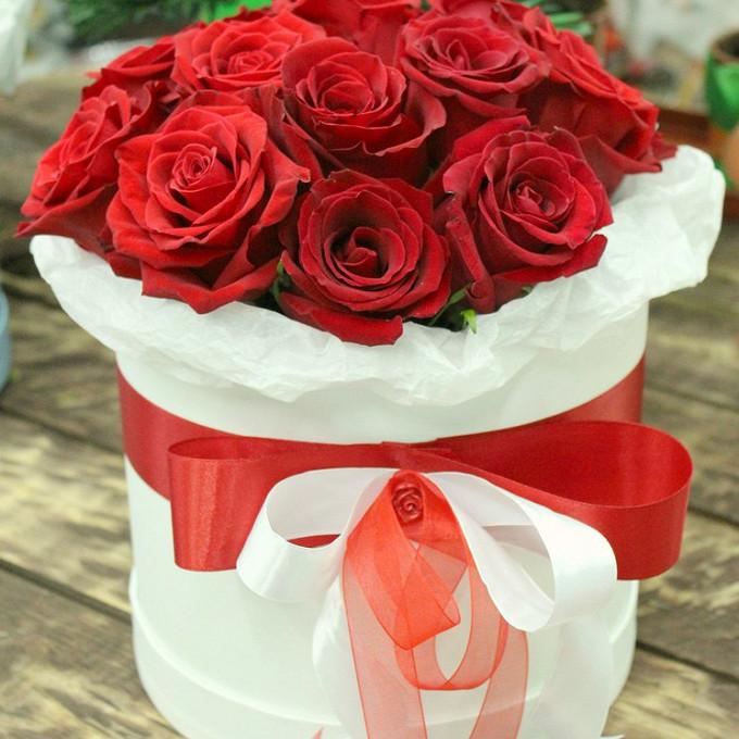 Роза Кения (красный) — 15 шт., Шляпная коробка (средний) — 1 шт., Красная лента — 1 шт., Белая лента — 1 шт., Пиафлор — 1 шт.
