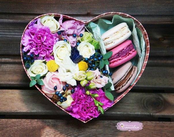 Лизиантус (белый) — 1 шт., Роза кустовая двухцветная (микс (разных цветов)) — 1 шт., Коробка (сердце, средний) — 1 шт., Макаронс 1 шт. — 3 шт., Гвоздика (нежно…