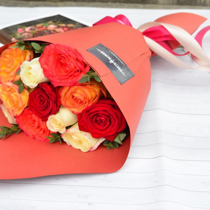Букет из: роза (красный, 50 см) — 4 шт., роза (оранжевый, 50 см) — 3 шт., зелень по сезону — 5 шт., белая лента — 1 шт., красная лента — 1 шт., упаковка крафт-бумага — 1 шт., роза (кремовый, 50 см) — 4 шт. - Нэнси