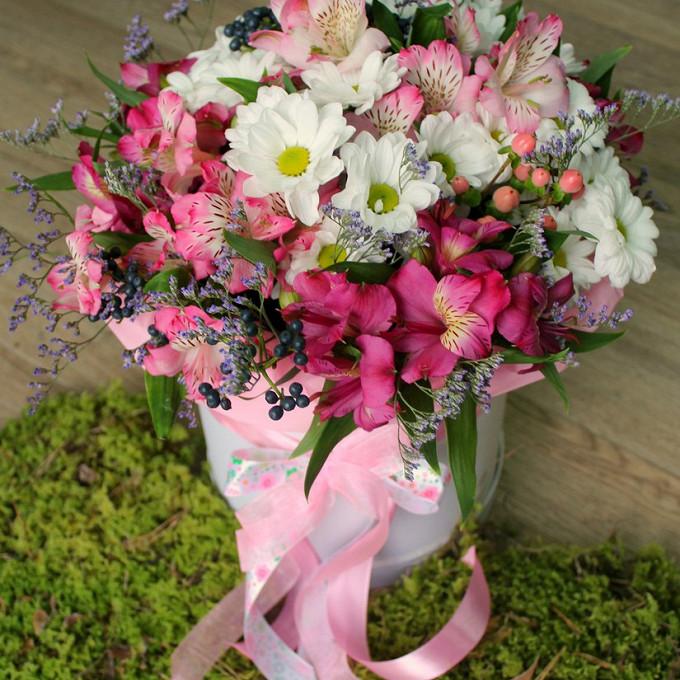 Пиафлор — 1 шт., Розовая лента — 1 шт., Шляпная коробка (большой) — 1 шт., Гиперикум (розовый) — 1 шт., Альстромерия микс (микс (разных цветов)) — 9 шт., Хриза…