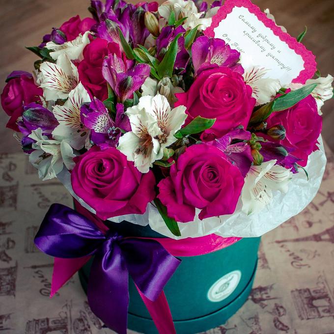 Роза (ярко-розовый) — 11 шт., Альстромерия (белый) — 2 шт., Шляпная коробка (средний) — 1 шт., Сиреневая лента — 1 шт., Розовая лента — 1 шт., Пиафлор — 1 шт.,…
