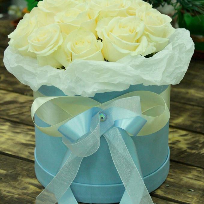 Букет из: роза (белый) — 15 шт., шляпная коробка (средний) — 1 шт., кремовая лента — 1 шт., голубая лента — 1 шт., пиафлор — 1 шт. - Шляпная коробка №5