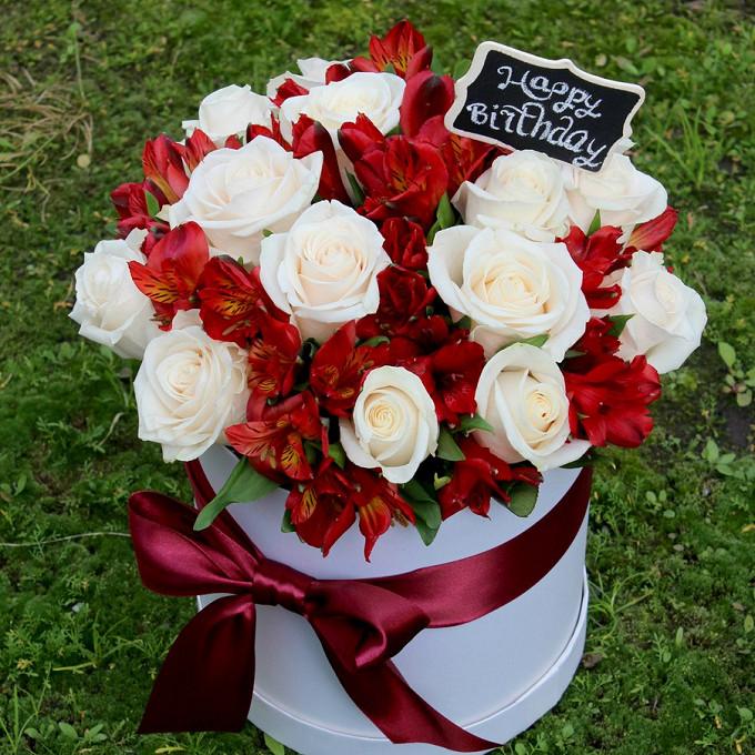 Роза Кения (белый) — 15 шт., Альстромерия Гарда (красный) — 10 шт., Шляпная коробка (большой) — 1 шт., Красная лента — 1 шт., Топпер — 1 шт., Пиафлор — 1 шт.