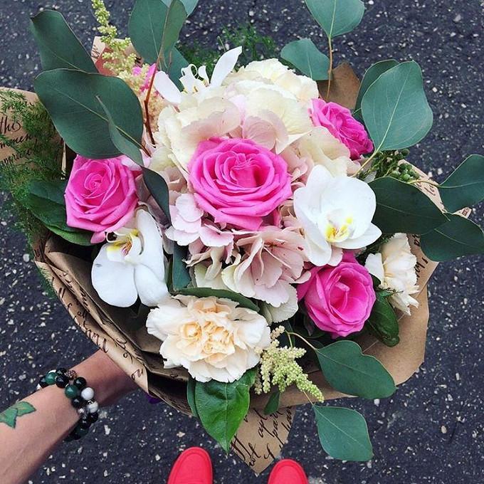 Гвоздика (персиковый) — 3 шт., Розовая лента — 1 шт., Упаковка Крафт-бумага — 1 шт., Эвкалипт — 4 шт., Салал — 7 шт., Орхидея Фаленопсис 1 бутон (белый) — 4 шт…