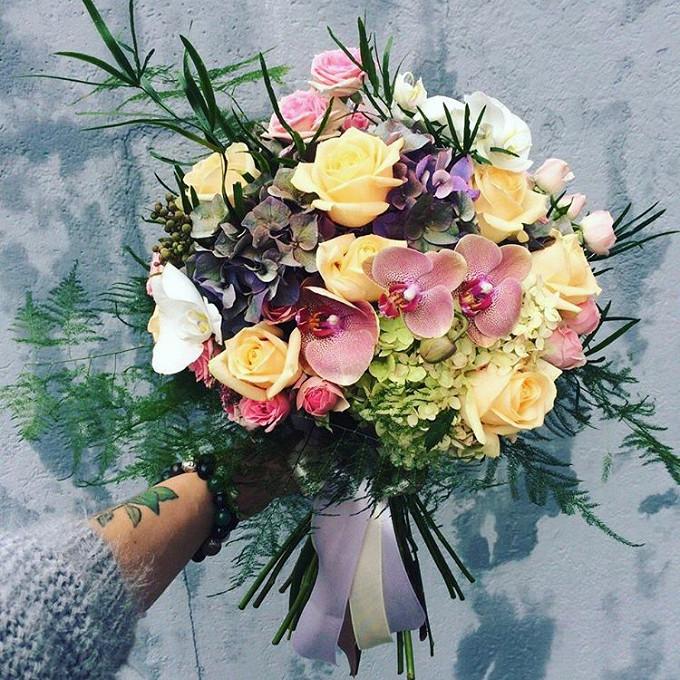 Лента атласная — 2 шт., Аспарагус — 2 шт., Плюмозус — 3 шт., Роза кустовая (розовый) — 4 шт., Орхидея Фаленопсис 1 бутон (белый) — 5 шт., Орхидея Фаленопсис 1 …