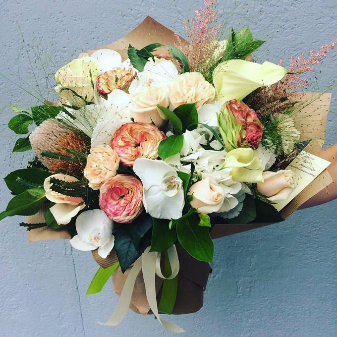 Букет из: протея — 1 шт., паникум — 4 шт., салал — 8 шт., упаковка крафт-бумага — 1 шт., розовая лента — 1 шт., гвоздика (кремовый) — 6 шт., орхидея фаленопсис 1 бутон (белый) — 4 шт., роза пионовидная (розовый) — 5 шт., гортензия (белый) — 2 шт., калла (белый) — 5 шт., роза (кремовый, 40 см) — 7 шт. - Грезы