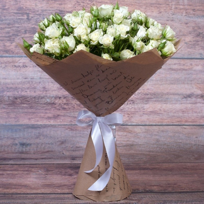 Роза кустовая (белый) — 11 шт., Лента атласная — 1 шт., Упаковка Крафт-бумага — 1 шт.