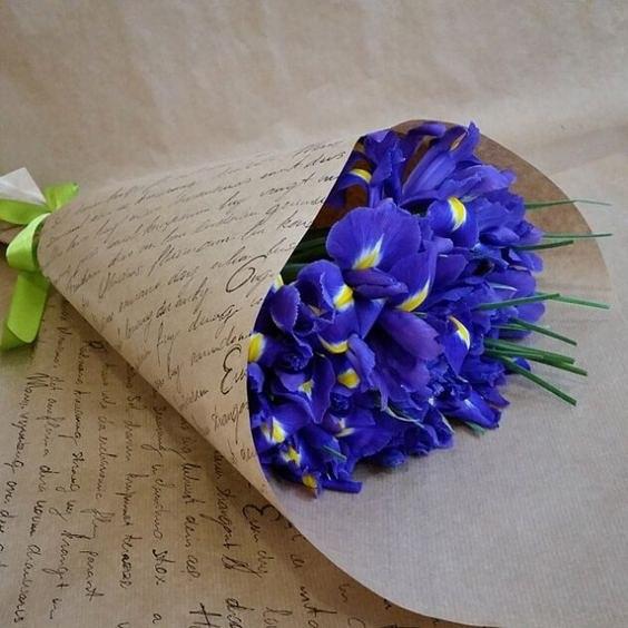 Ирис (фиолетовый) — 15 шт., Лента атласная — 1 шт., Упаковка Крафт-бумага — 1 шт.