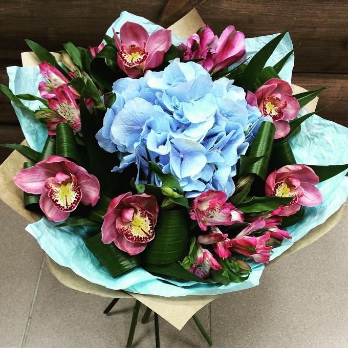 Лента атласная — 1 шт., Упаковка Крафт-бумага — 1 шт., Упаковка Тишью — 2 шт., Альстромерия микс (ярко-розовый) — 4 шт., Орхидея Цимбидиум 1 бутон (ярко-розовы…