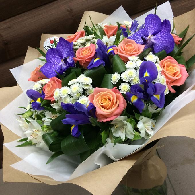 Роза Кения (коралловый, 60 см) — 9 шт., Орхидея Ванда 1 бутон (фиолетовый) — 2 шт., Ирис (фиолетовый) — 5 шт., Хризантема Сантини (белый) — 6 шт., Альстромерия…
