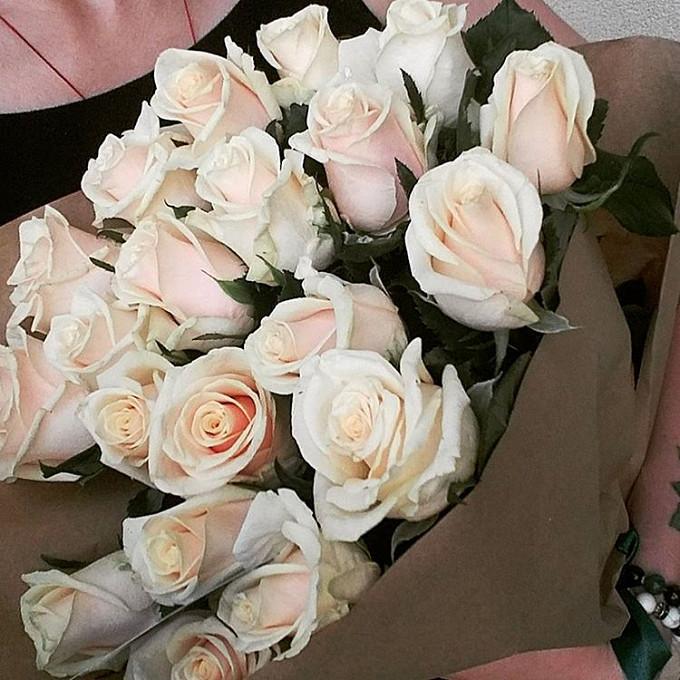 Упаковка Крафт-бумага — 1 шт., Кремовая лента — 1 шт., Роза (кремовый, 50 см) — 25 шт.