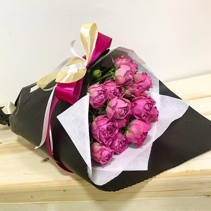 Роза кустовая пионовидная (розовый) — 7 шт., Упаковка Крафт-бумага — 2 шт., Лента атласная — 3 шт.