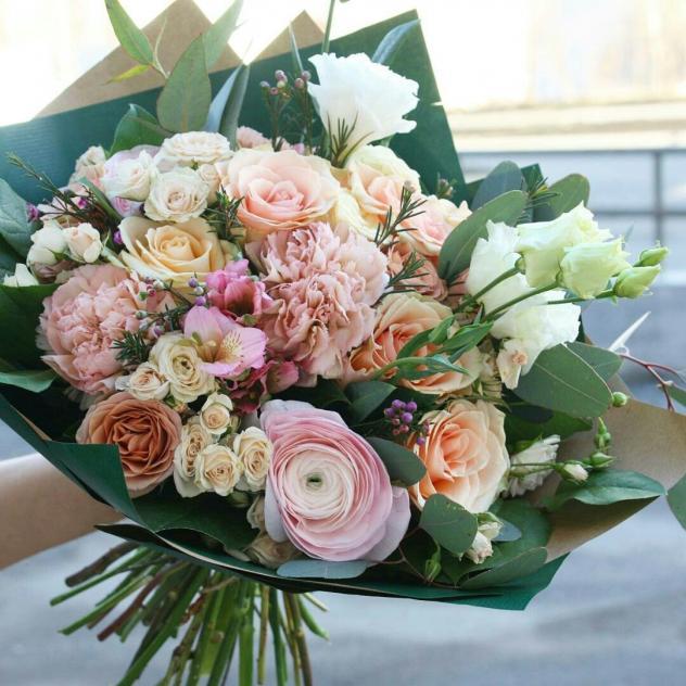 Роза Кения (персиковый, 60 см) — 9 шт., Ранункулюс (нежно-розовый) — 3 шт., Роза кустовая (персиковый) — 4 шт., Эустома — 3 шт., Гвоздика (нежно-розовый) — 5 ш…