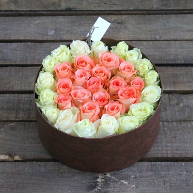 Букет из: роза (белый) — 17 шт., роза (персиковый) — 16 шт., шляпная коробка (большой) — 1 шт., оазис — 1 шт. - Сказка