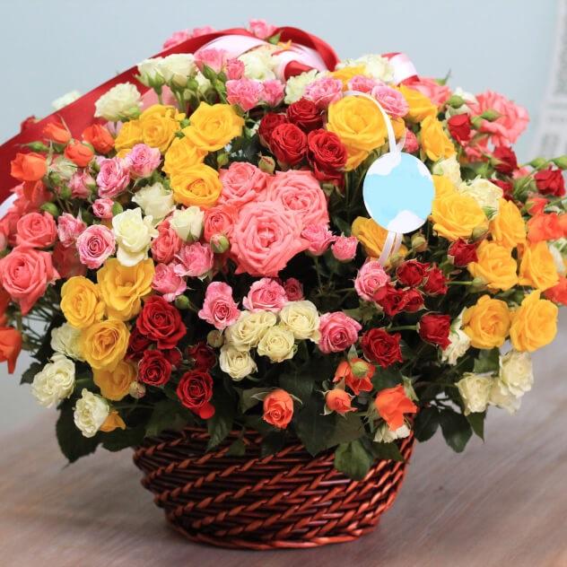 Роза кустовая двухцветная (микс (разных цветов)) — 39 шт., Корзина (прочее, большой) — 1 шт., Оазис — 3 шт., Красная лента — 1 шт., Розовая лента — 1 шт., Бела…