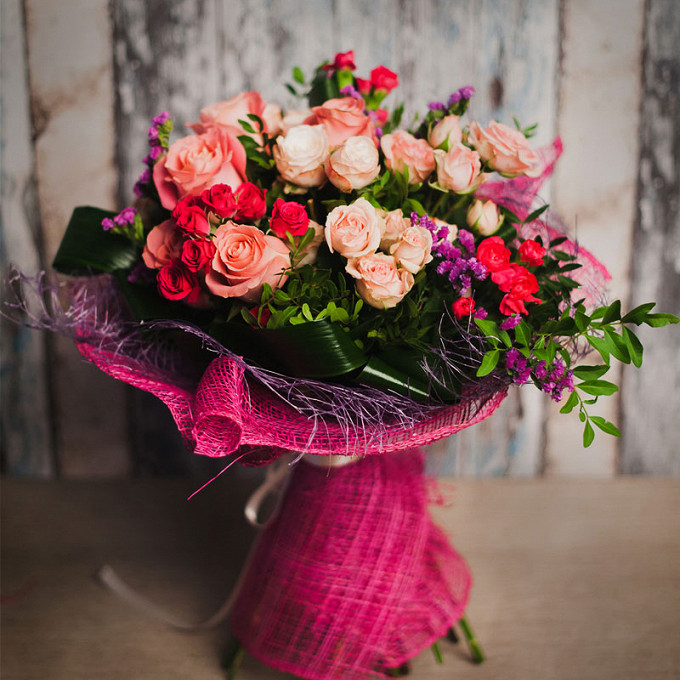 Фисташка — 5 шт., Аспидистра — 4 шт., Упаковка Сетка — 3 шт., Лента атласная — 1 шт., Статица (фиолетовый) — 3 шт., Роза (розовый, 70 см) — 5 шт., Роза кустова…