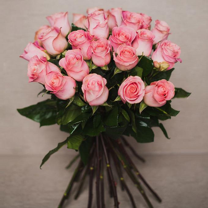 Букет из: лента атласная — 1 шт., роза (розовый, 70 см) — 25 шт. - Улыбка