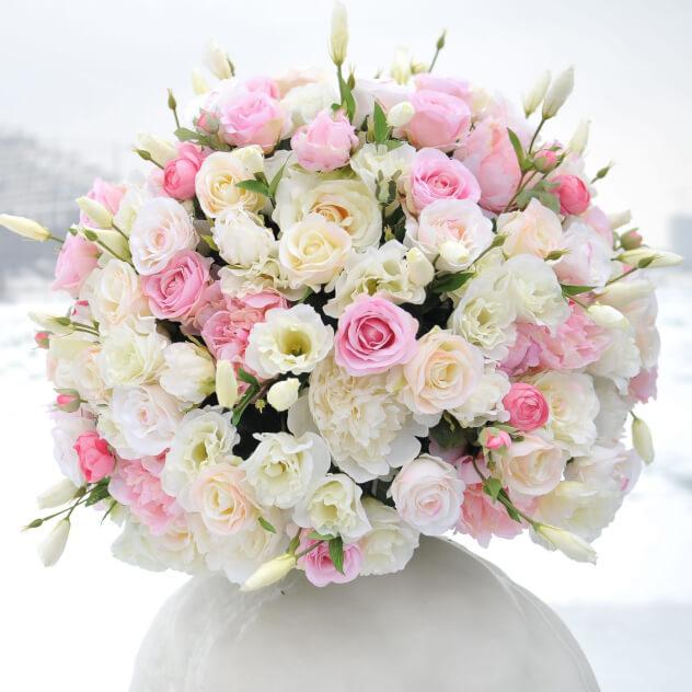 Букет из: роза кустовая (персиковый) — 10 шт., роза кустовая (розовый) — 7 шт., эустома — 7 шт., роза (кремовый, 60 см) — 6 шт., гвоздика (белый) — 6 шт., белая лента — 1 шт. - Букет нежностей
