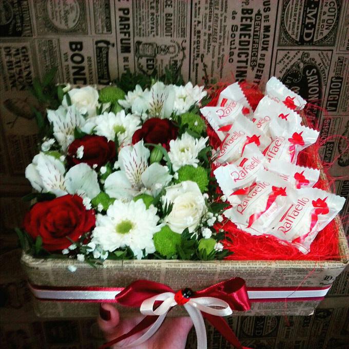 Роза Кения (красный) — 4 шт., Хризантема кустовая Филин Грин (зеленый) — 3 шт., Альстромерия Гарда (белый) — 3 шт., Коробка (прямоугольник, средний) — 1 шт., Р…
