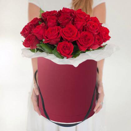 Шляпная коробка (большой) — 1 шт., Оазис — 1 шт., Упаковка Фетр средний — 1 шт., Роза Кения (красный) — 25 шт.
