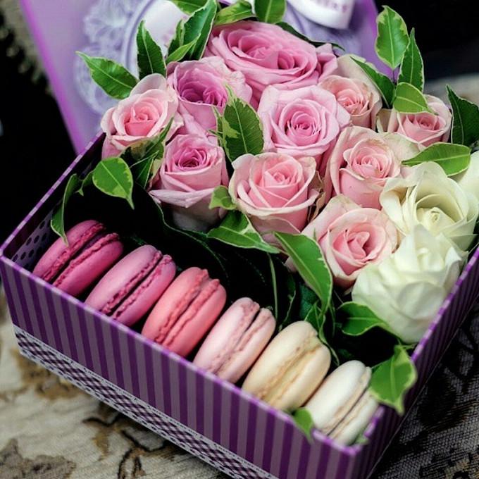 Роза (малиновый) — 4 шт., Роза (розовый) — 6 шт., Макаронс 1 шт. — 6 шт., Эвкалипт — 5 шт., Роза (белый) — 3 шт., Оазис — 1 шт., Коробка (прямоугольник, большо…