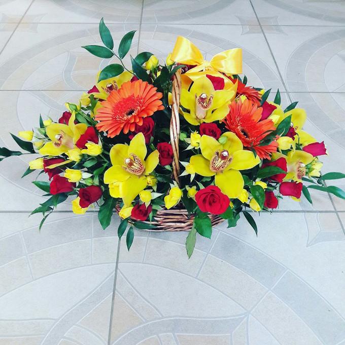 Орхидея Цимбидиум 1 бутон (желтый) — 9 шт., Гербера (оранжевый) — 7 шт., Роза кустовая (красный) — 5 шт., Роза кустовая (желтый) — 5 шт., Корзина (овал, средни…