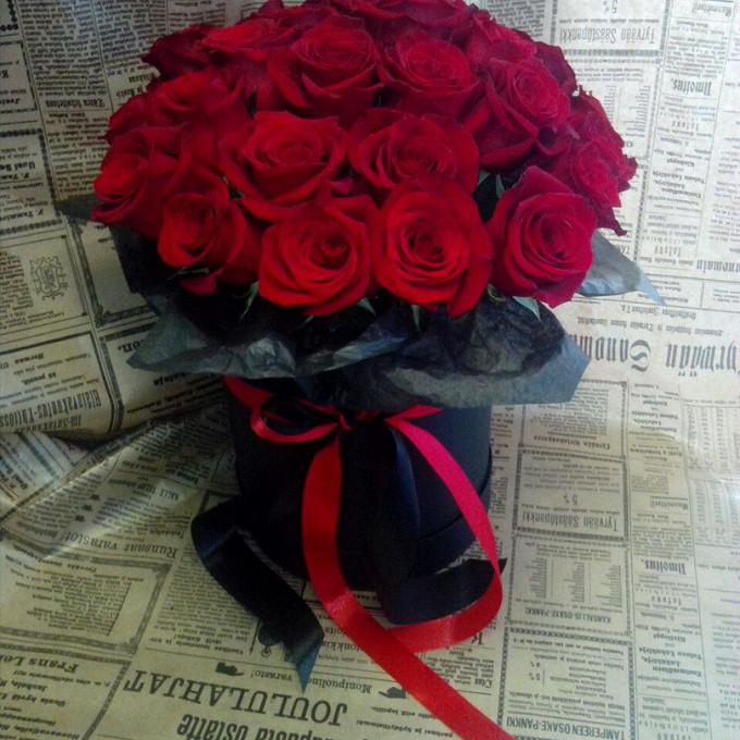 Роза Кения (красный) — 25 шт., Шляпная коробка (большой) — 1 шт., Пиафлор — 2 шт., Лента атласная — 2 шт., Упаковка Тишью — 1 шт.