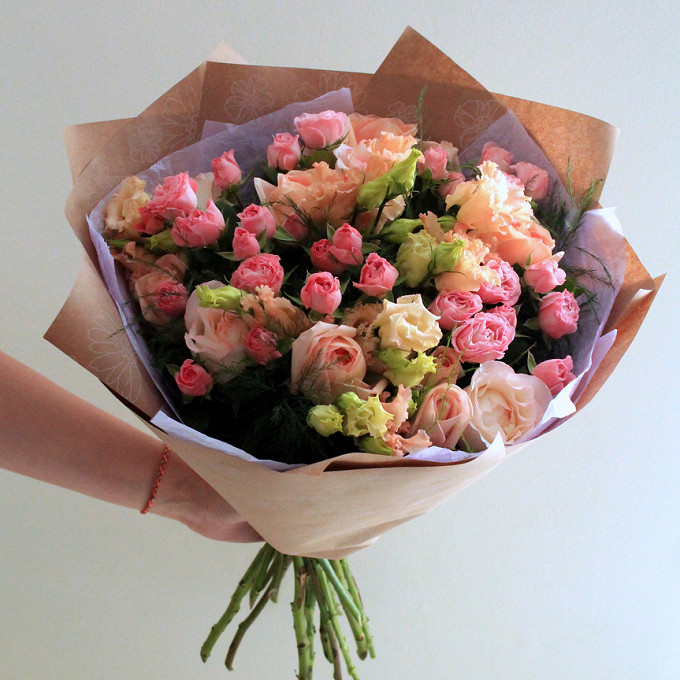Лента атласная — 1 шт., Эвкалипт — 2 шт., Упаковка Крафт-бумага — 1 шт., Упаковка Тишью — 2 шт., Роза кустовая (розовый) — 7 шт., Роза (персиковый, 50 см) — 7 …