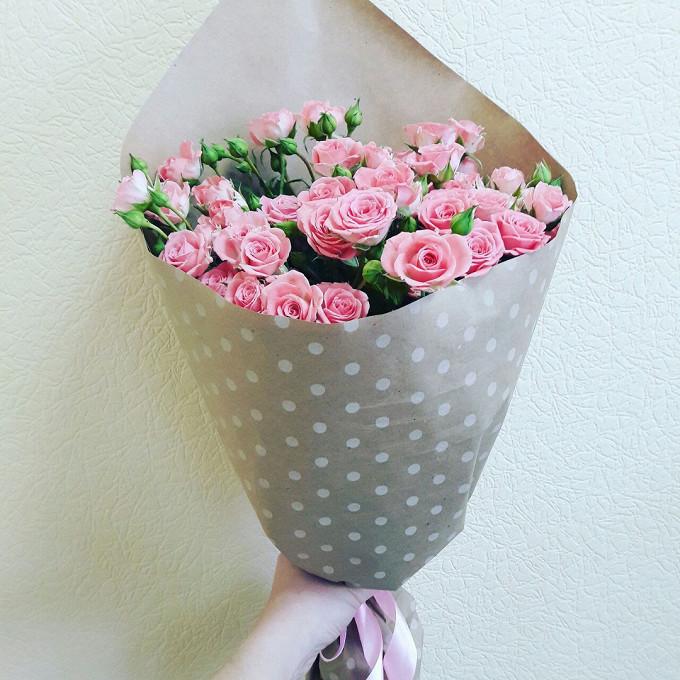 Роза кустовая (нежно-розовый) — 9 шт., Розовая лента — 1 шт., Упаковка Крафт-бумага — 1 шт.