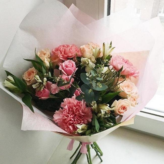 Роза кустовая (микс (разных цветов)) — 4 шт., Эвкалипт — 3 шт., Альстромерия (белый) — 3 шт., Гвоздика (нежно-розовый) — 3 шт., Упаковка Фетр средний — 2 шт., …