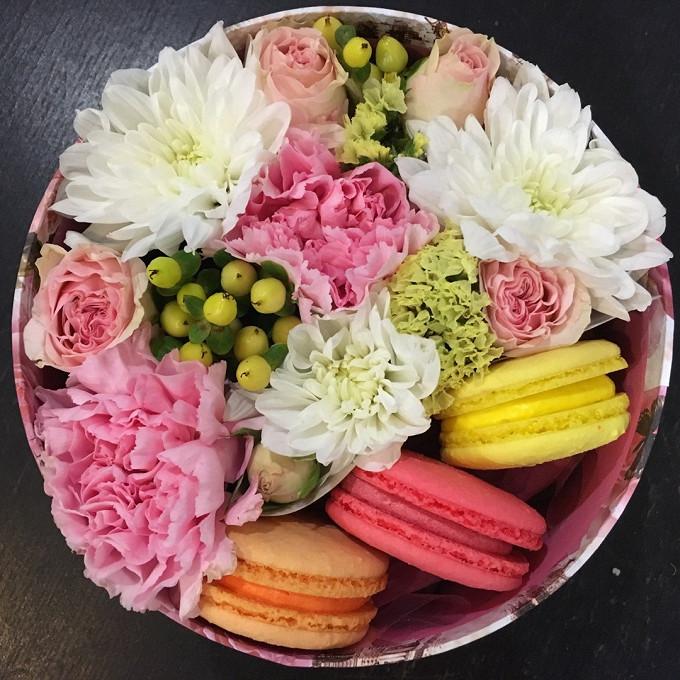 Букет из: макаронс 1 шт. — 3 шт., роза (микс (разных цветов)) — 5 шт., гиперикум (микс (разных цветов)) — 1 шт., гвоздика (микс (разных цветов)) — 3 шт., хризантема кустовая (микс (разных цветов)) — 1 шт., оазис — 1 шт., коробка (круг, средний) — 1 шт. - Доброе утро