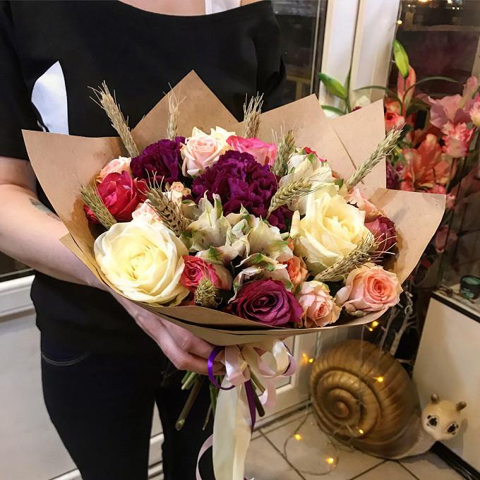 Роза Кения (микс (разных цветов), 50 см) — 9 шт., Роза кустовая (нежно-розовый) — 2 шт., Пшеница (колосок) — 10 шт., Упаковка Крафт-бумага — 1 шт., Гвоздика (ф…