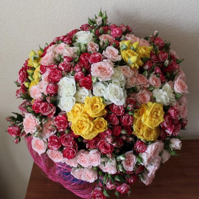 Лента атласная — 1 шт., Упаковка Сетка — 1 шт., Роза кустовая (микс (разных цветов)) — 41 шт.