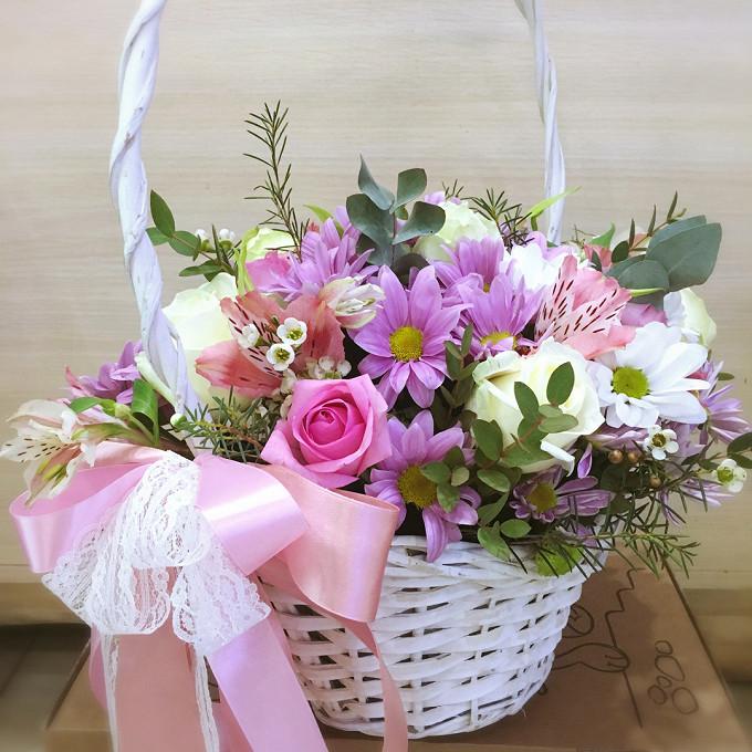 Роза Кения (белый) — 3 шт., Хризантема кустовая (нежно-розовый) — 3 шт., Хризантема Сантини (белый) — 3 шт., Шамелациум (белый) — 2 шт., Роза Кения (нежно-розо…