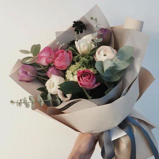 Тюльпан (нежно-сиреневый) — 3 шт., Эвкалипт — 2 шт., Ранункулюс (белый) — 3 шт., Упаковка Крафт-бумага — 1 шт., Лента — 1 шт., Роза (розовый, 60 см) — 3 шт., В…