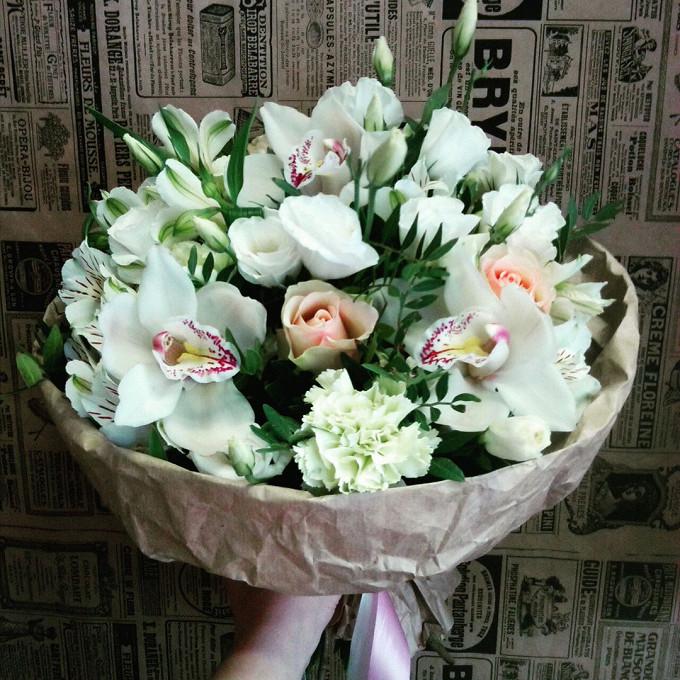 Орхидея Цимбидиум 1 бутон (белый) — 3 шт., Альстромерия Гарда (белый) — 3 шт., Писташ — 10 шт., Эустома — 3 шт., Диантус — 3 шт., Роза Кения (белый, 40 см) — 3…