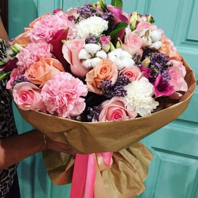 Роза Кения (микс (разных цветов), 60 см) — 25 шт., Гвоздика (микс (разных цветов)) — 15 шт., Сирень (ярко-розовый) — 1 шт., Калла (ярко-розовый) — 6 шт., Лизиа…